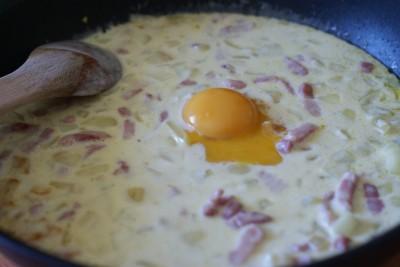 Sauce carbonara en préparation