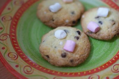 Cookies avec chamallows disposés après cuisson.