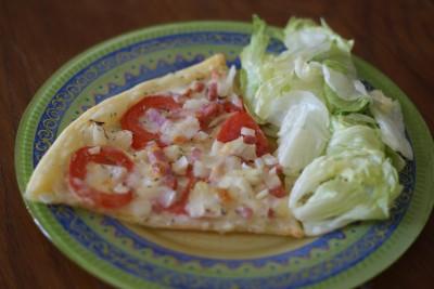 Tarte fine tomate, mozzarella, oignons et lardons