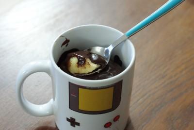 Mug cake au yaourt et sauce chocolat